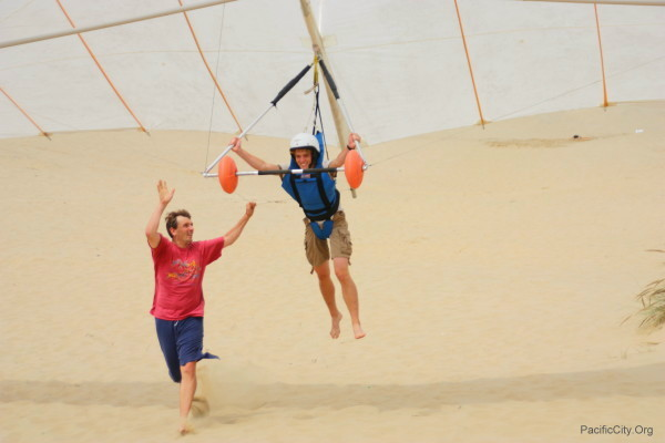 Hang Gliding in Pacific City - Instructor helping student